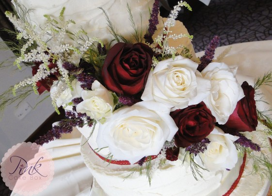 fresh-flower-spray-roses-wedding-cake